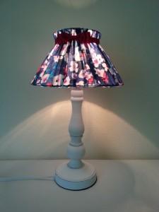 Lamp met lampekapje gemaakt van jurkje